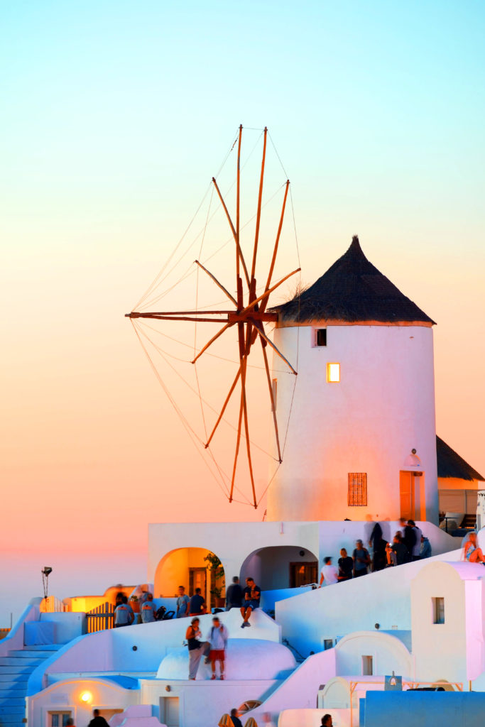 夕焼けの黄金色に染まるイアの風車