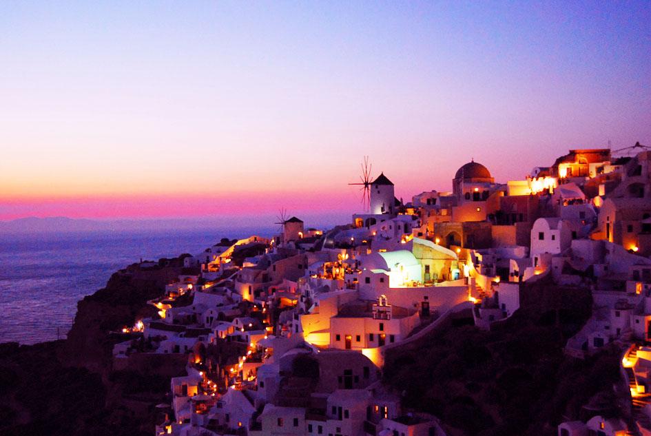 空と海を赤紫に染めるイアの夕景