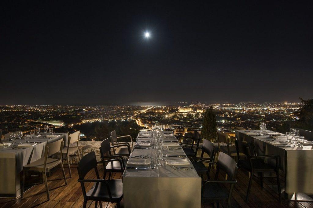 オリゾンテスリカヴィトスのテラス席から見るアテネの夜景