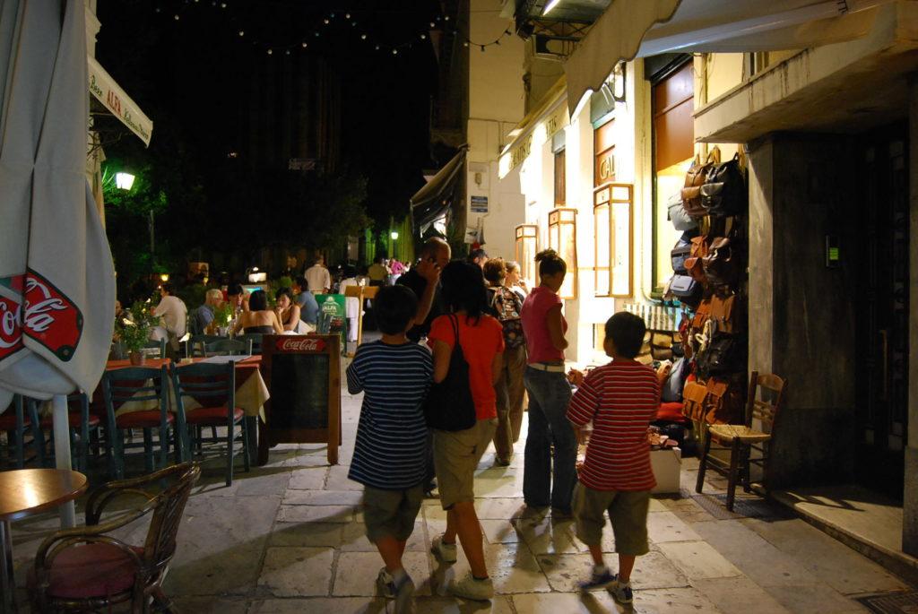 夜のプラカ地区を歩く子供達とママ