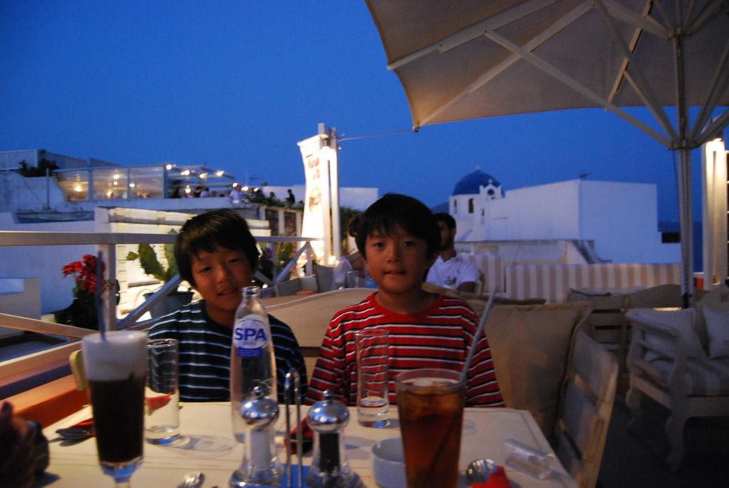 イアのレストランでドリンクを飲む長男と次男