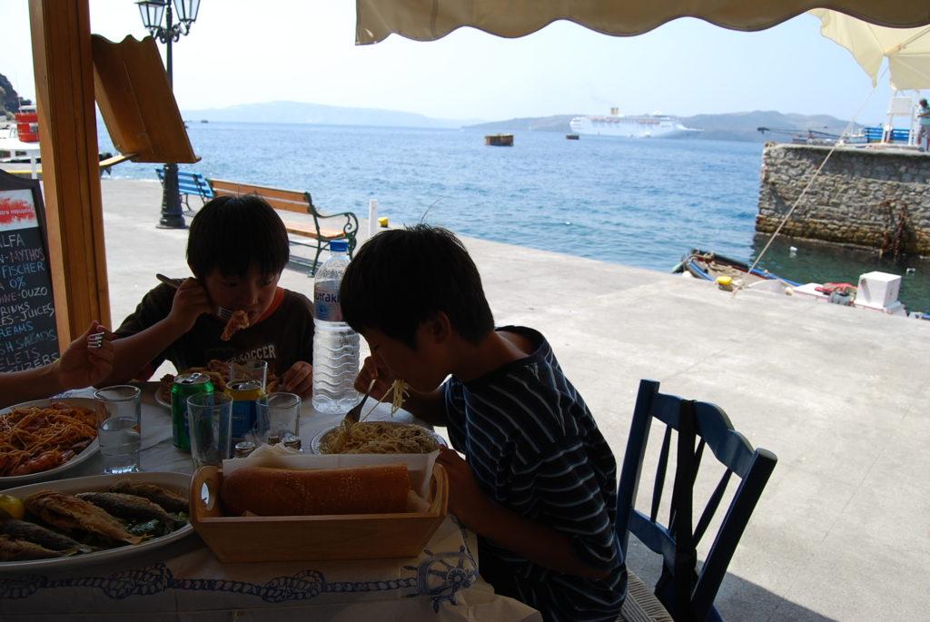 オールドポートのタベルナでランチを食べる子供達