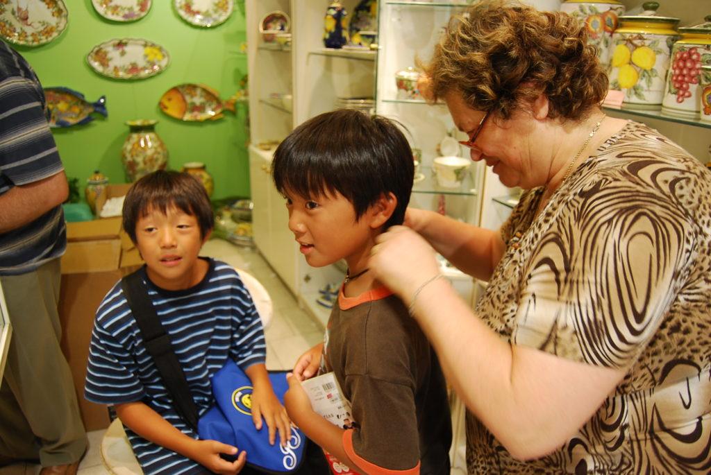 ペンダントをプレゼントされて喜ぶ子供たち