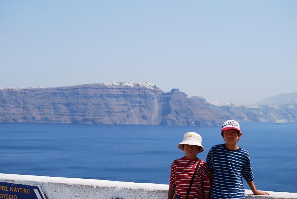 エーゲ海をバックに撮影した子供たちの記念写真