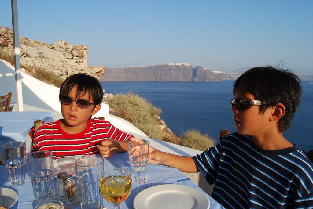 スカラで食事をする子供達