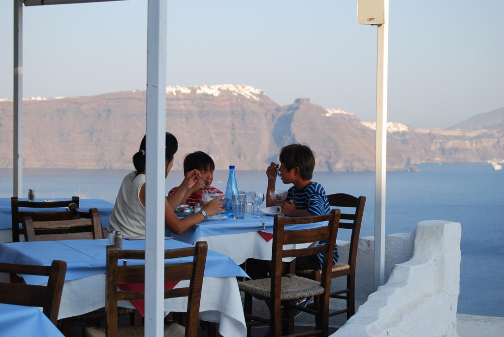 海の向こうの崖の上にはフィラの白い街が見える