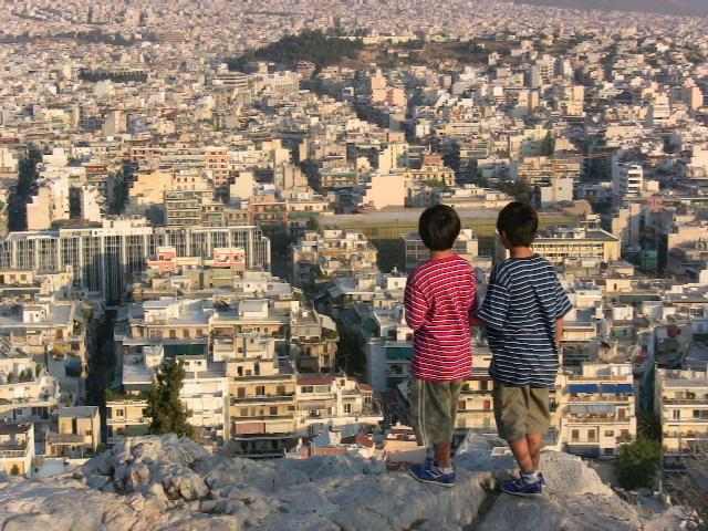 フィロパポスの丘の頂上からアテネ市内を見下ろす