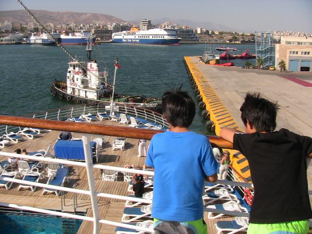 出航を待つクルーズの船上からピレウス港を見下ろす子供たち