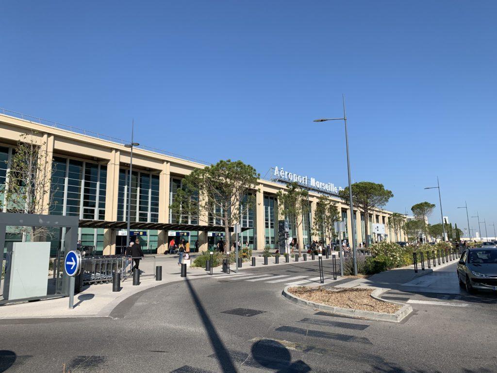 マルセイユ空港の到着ロビーがある建物