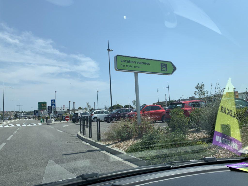 レンタカーの駐車場の入り口
