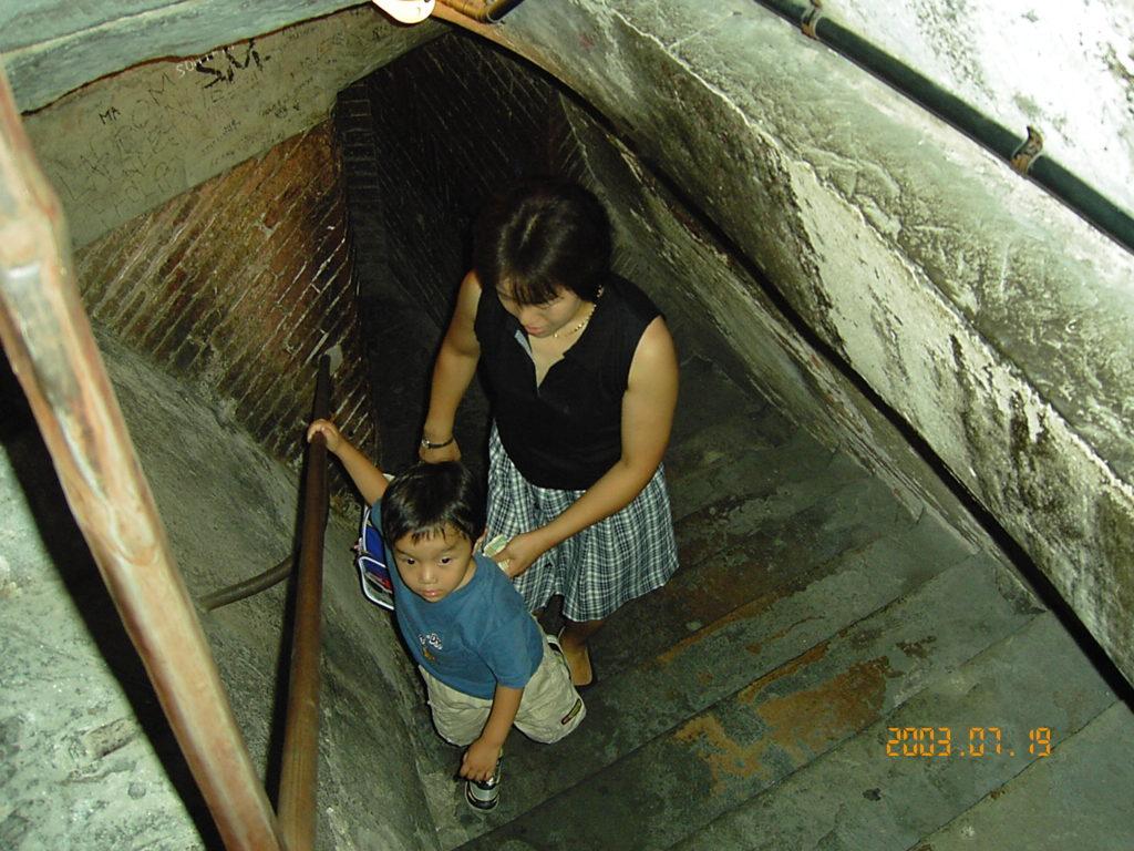 フィレンツェのサンタマリアデルフィオーレ大聖堂のクーポラに登る子供の様子