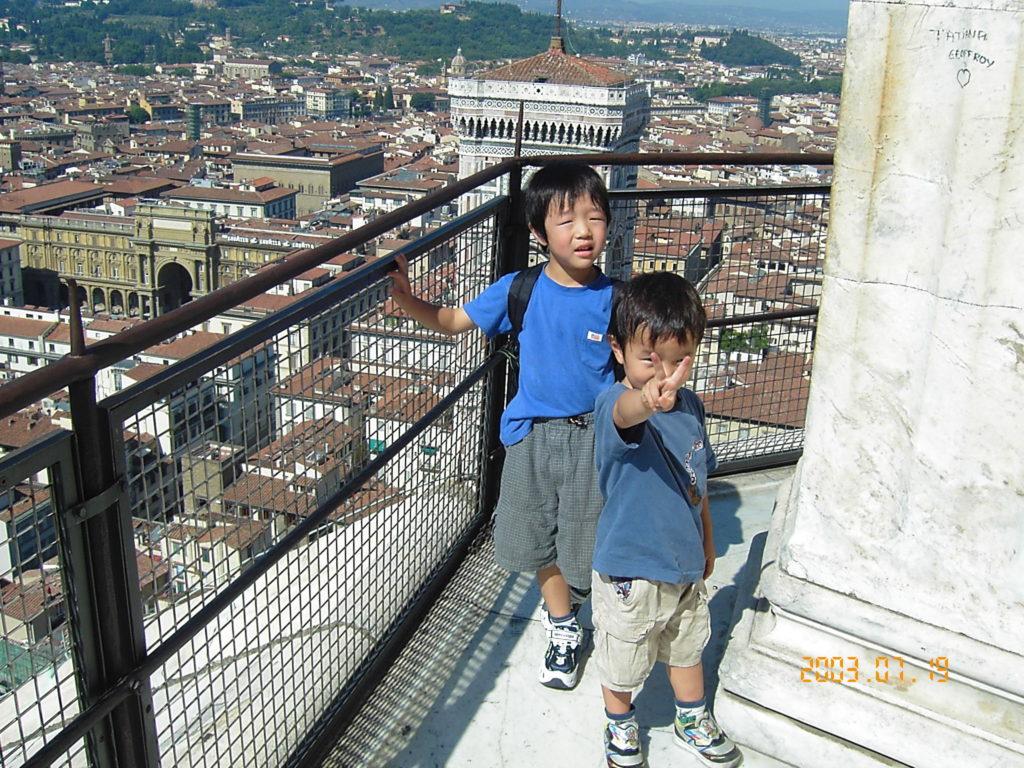 ドゥオーモの展望台からフィレンツェの街を見下ろしながら撮影した子供の記念写真