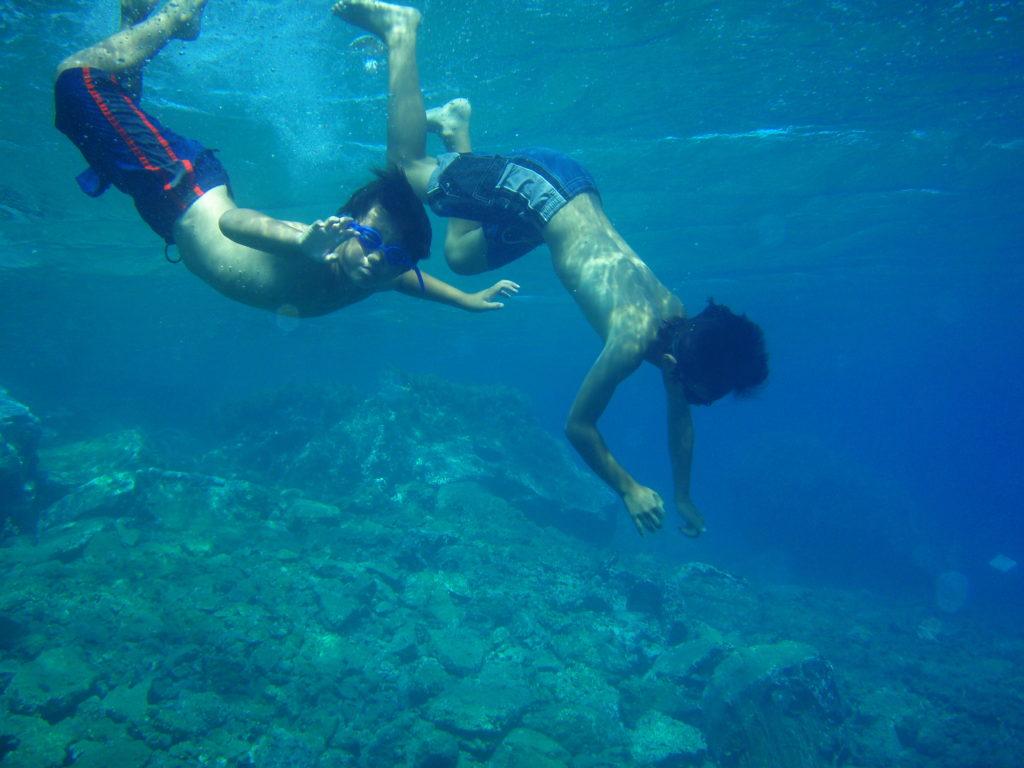 アモウディビーチで潜る子供達