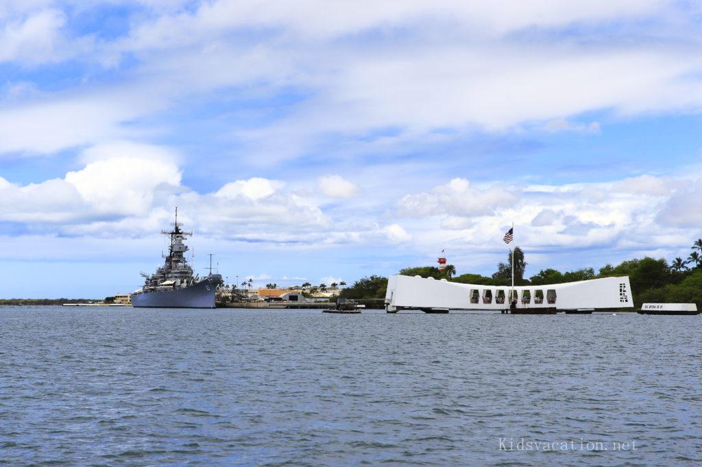 パールハーバーに浮かぶアリゾナ記念館と戦艦ミズーリ