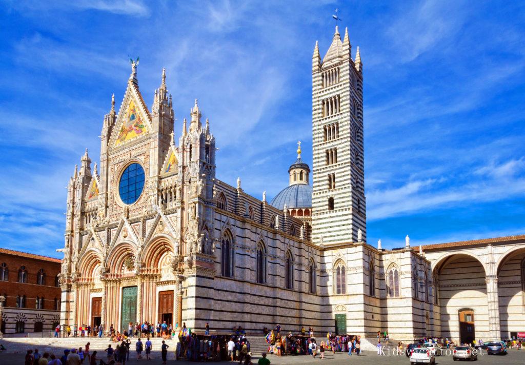 シエナ大聖堂のファサードと鐘楼
