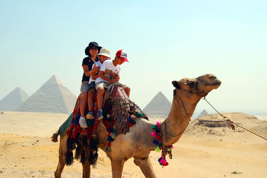 ラクダに乗って砂漠をゆく