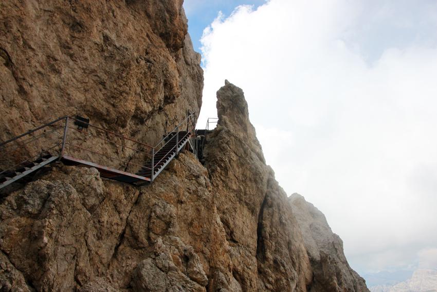 岩壁に張り付くようにして設けられた恐怖の階段