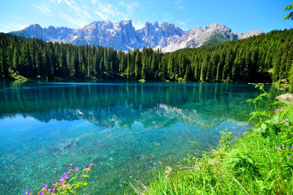 澄んだ水をたたえるカレッツァ湖