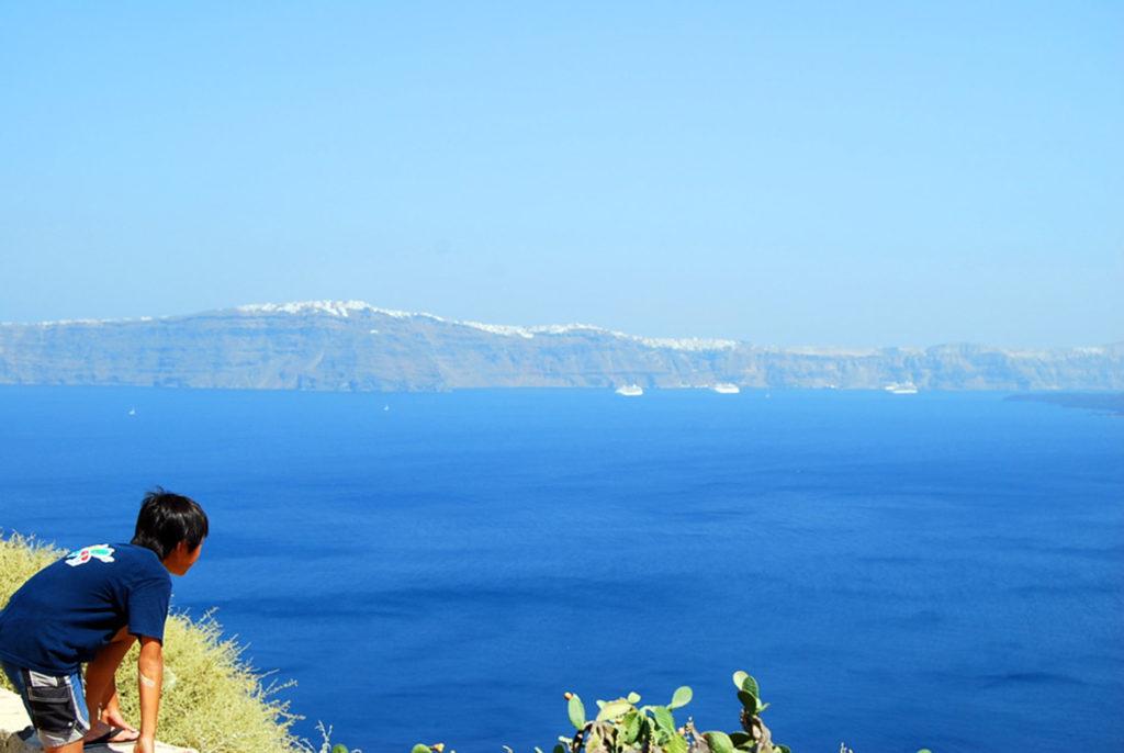 ティラシア島から眺めるサントリーニ島