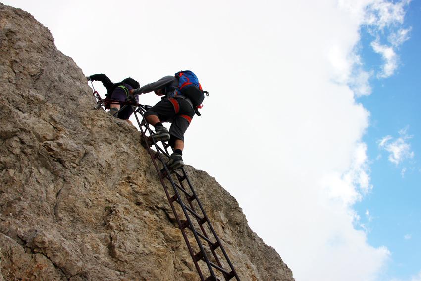 梯子を登るトレッカー