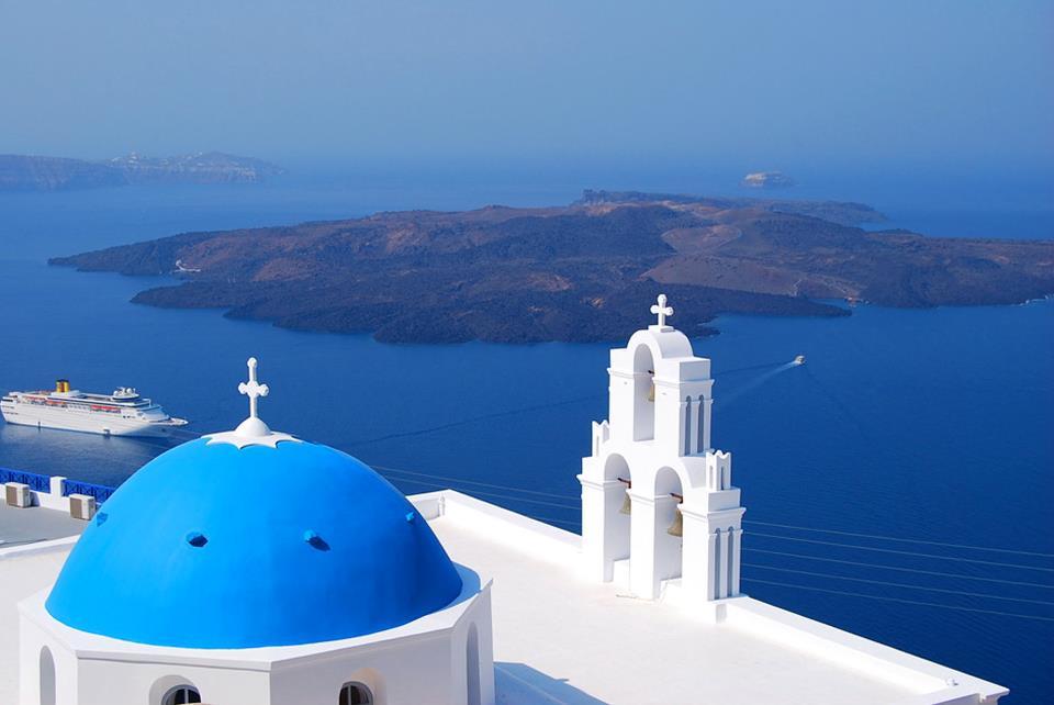 フィロステニアの青い屋根の教会と火山島