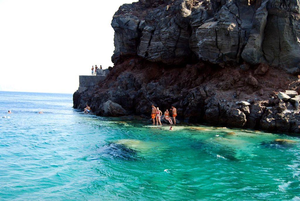 アモウディビーチのエメラルドグリーンの海の色