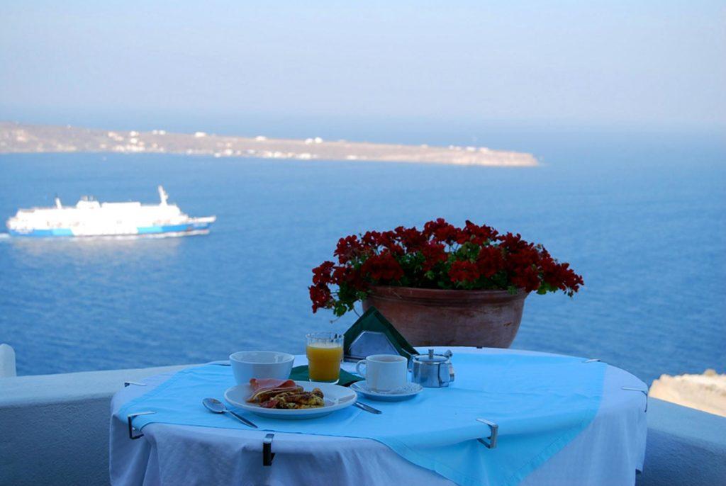 海峡をゆく船と朝食のテーブル