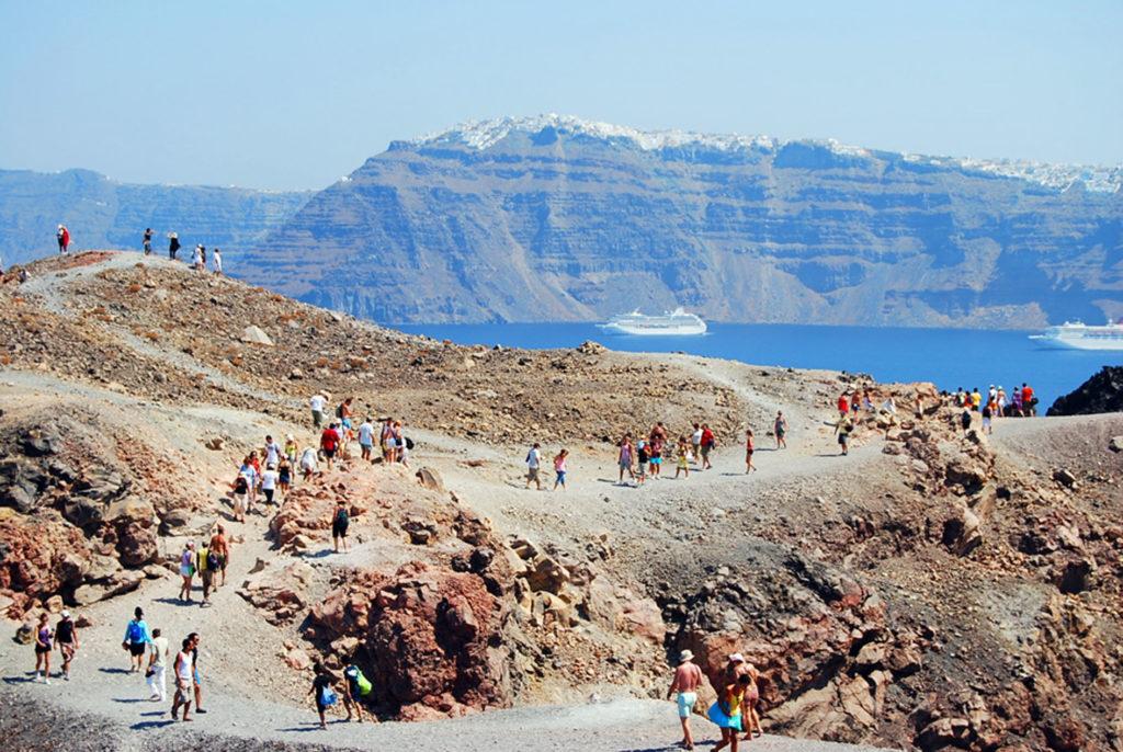 火山島ネアカメニトレッキングツアーの様子
