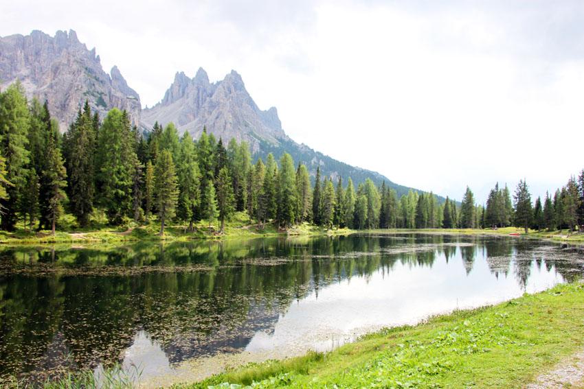 湖面は鏡のようにドロミテの山を映し出す