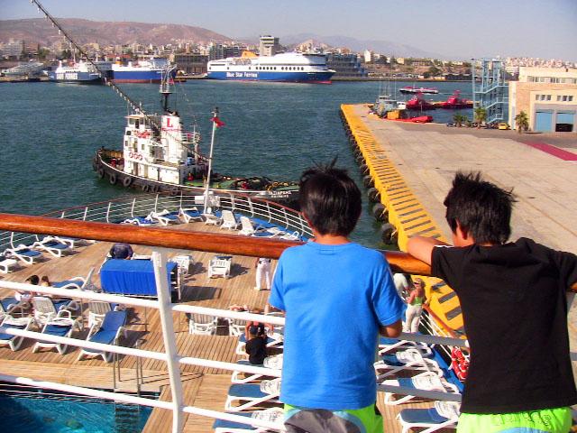 クルーズ船のデッキから見るピレウス港
