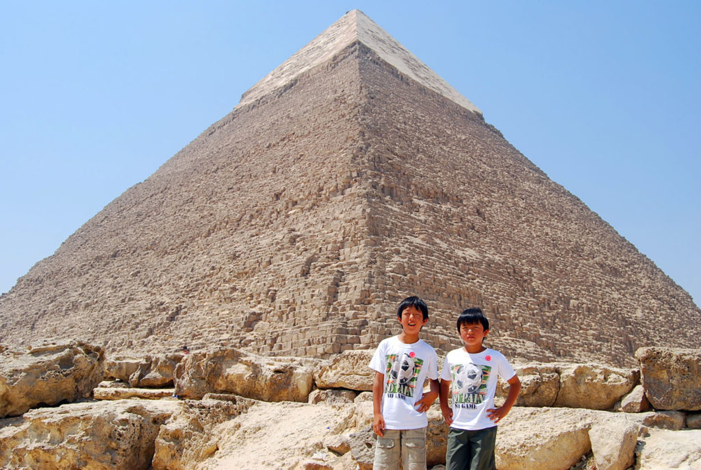 ピラミッドの前で子供達の記念写真