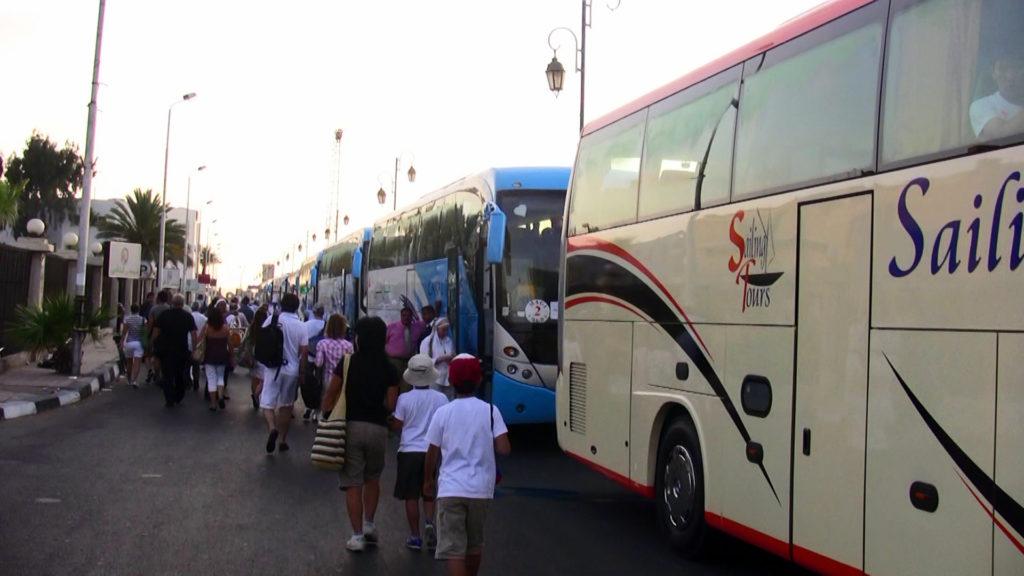 バスに分乗してカイロへ移動