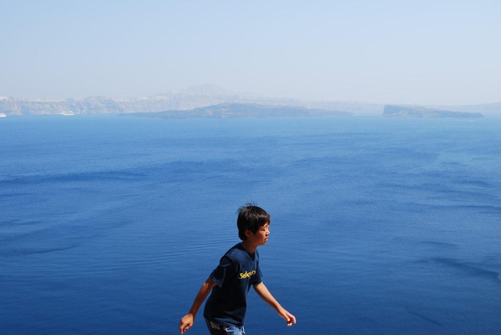 ティラシア島マノラス村へ登る長男