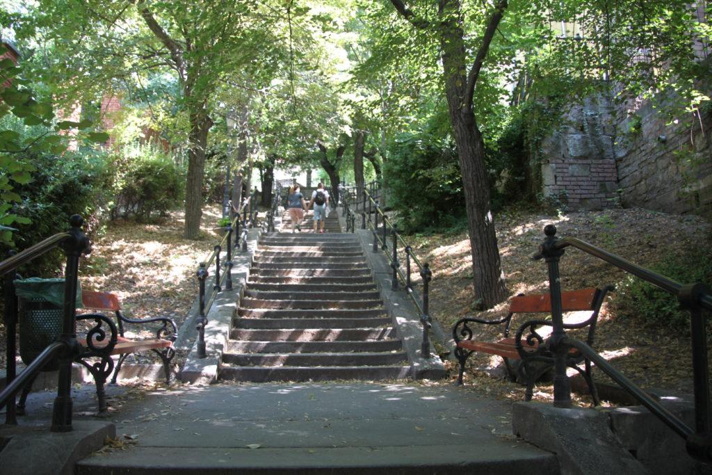 王宮の丘東側からの階段