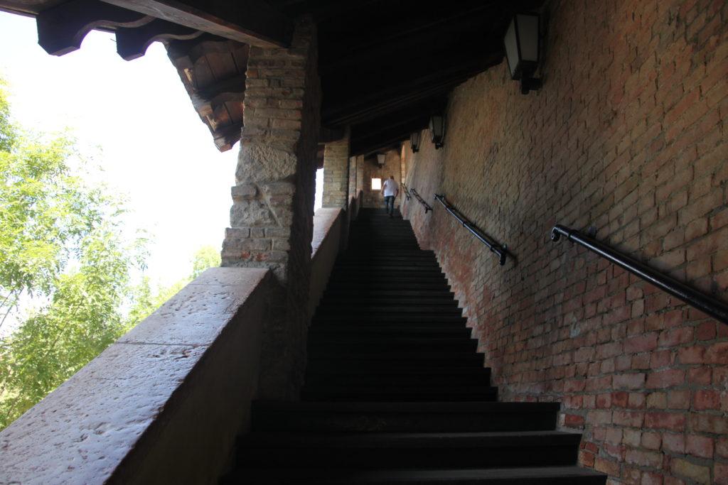 王宮の丘への東側からの登り口