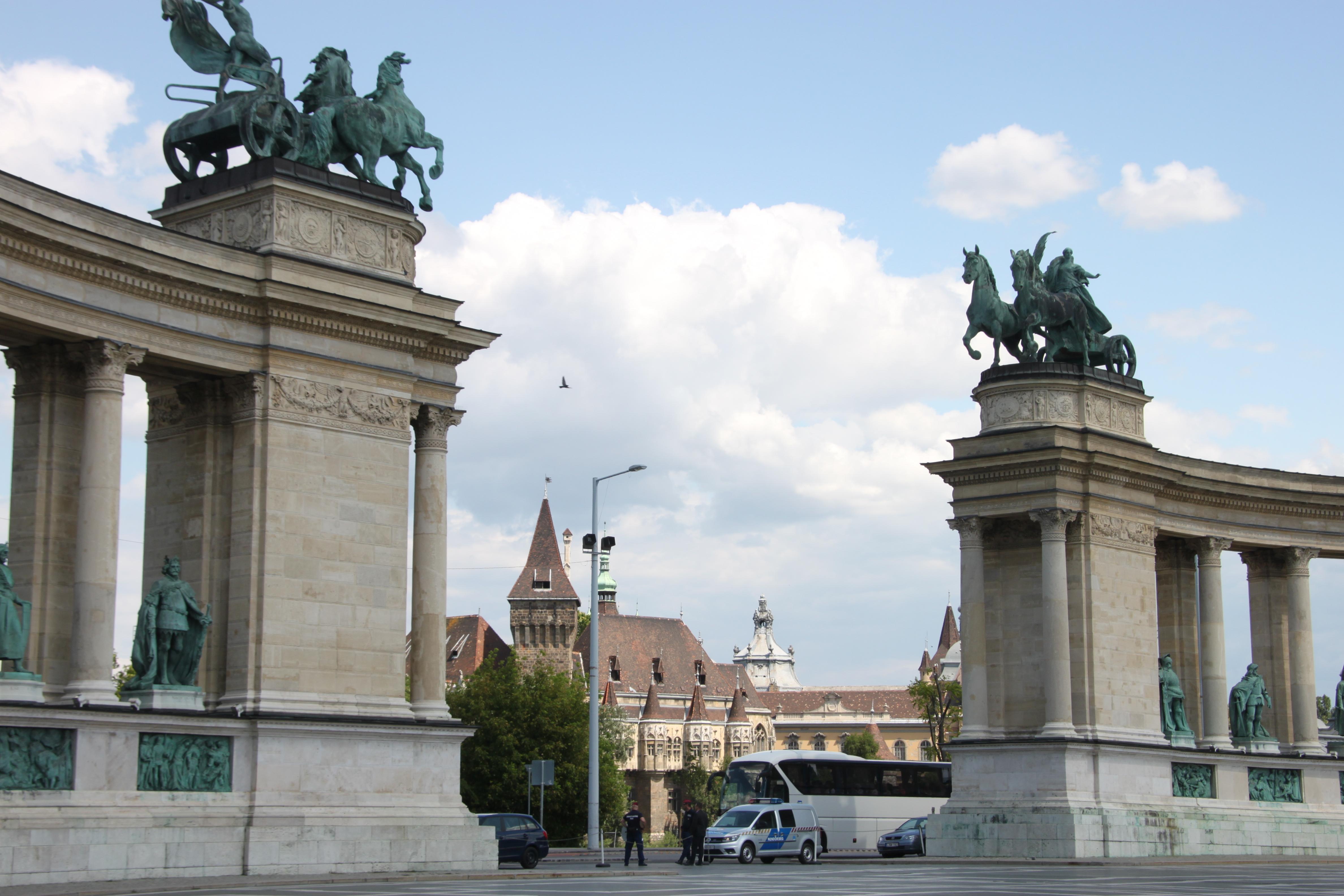 アンドラーシ通りと英雄広場