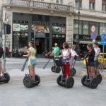 ヴァーツィ通りをセグウェイで観光する人たち