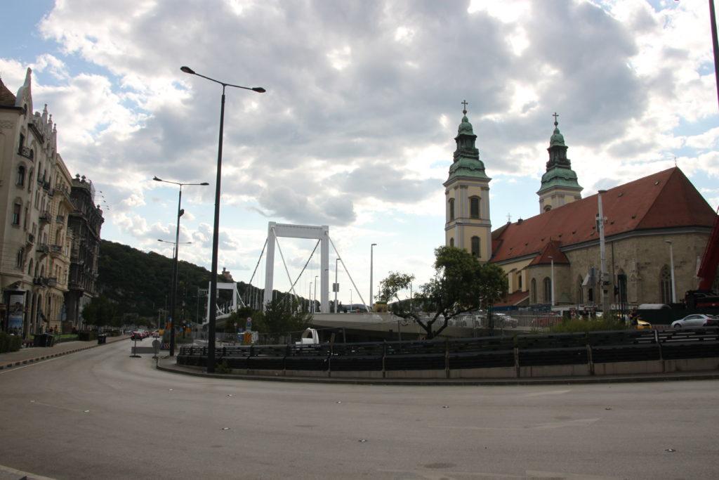 コシュートラヨシ通りとエリザベート橋