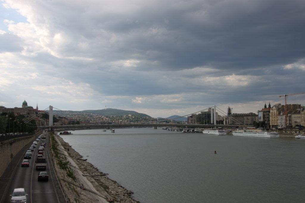 ドナウ川と王宮とエリザベート橋