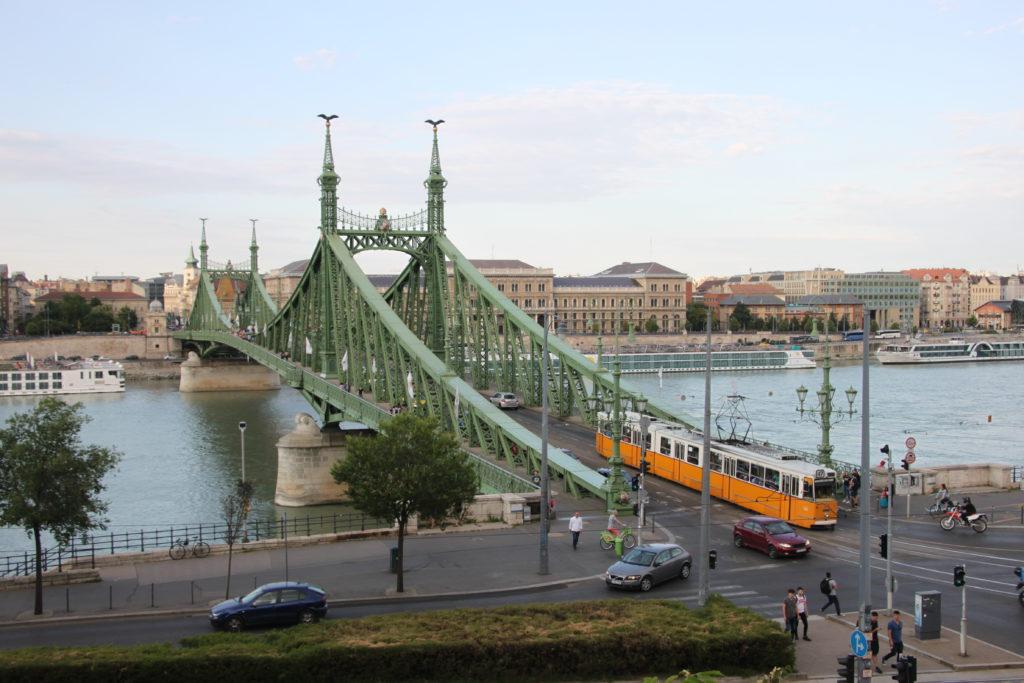ドナウ川にかかるリバティ橋とトラム