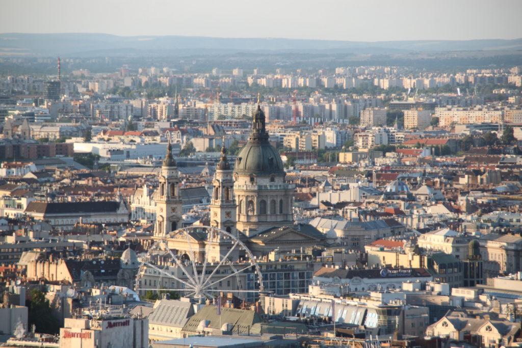 丘の頂上から眺める聖イシュバーン大聖堂とブダペストアイ