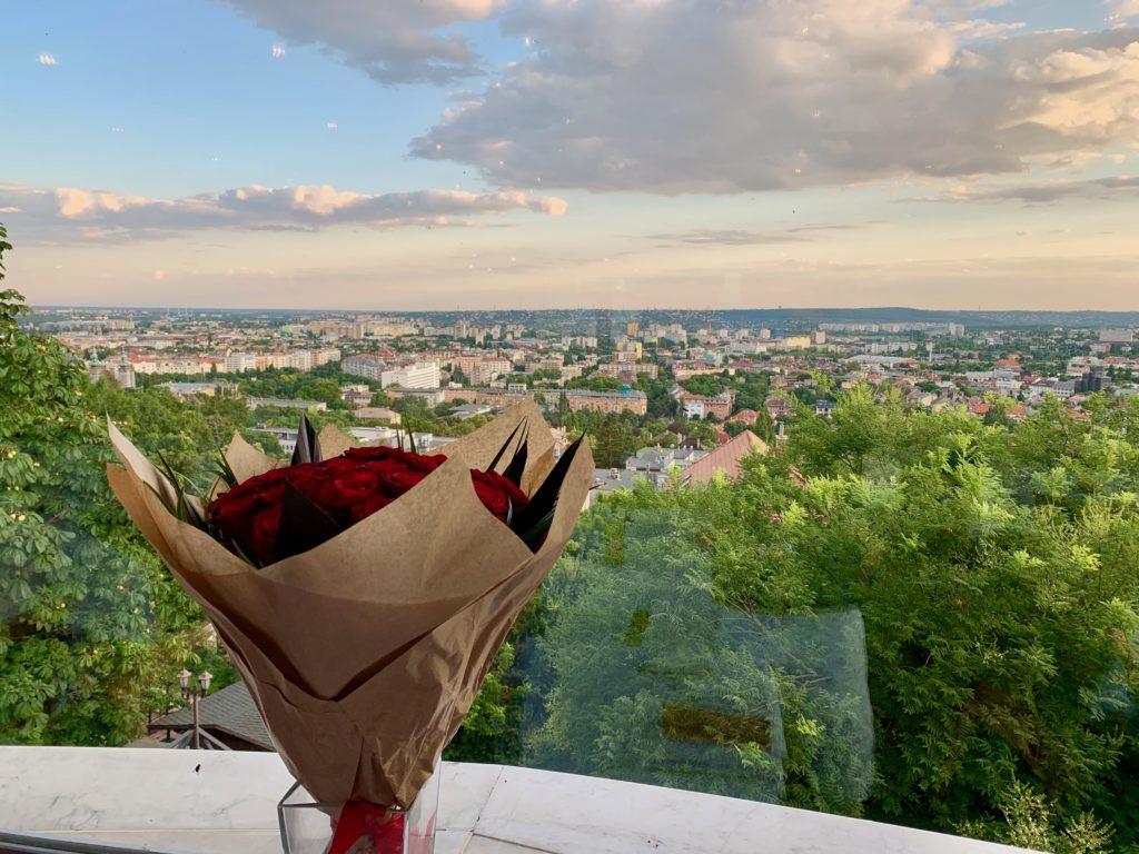 窓際の予約席とばらの花束