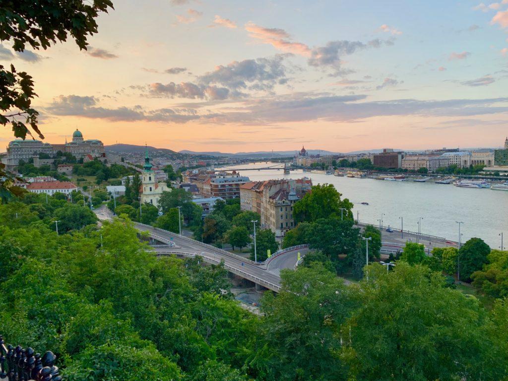 ドナウ川と王宮と夕焼け空