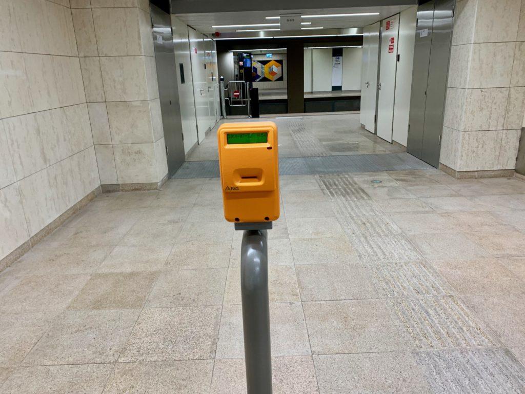 地下鉄のホームの入り口にある打刻機