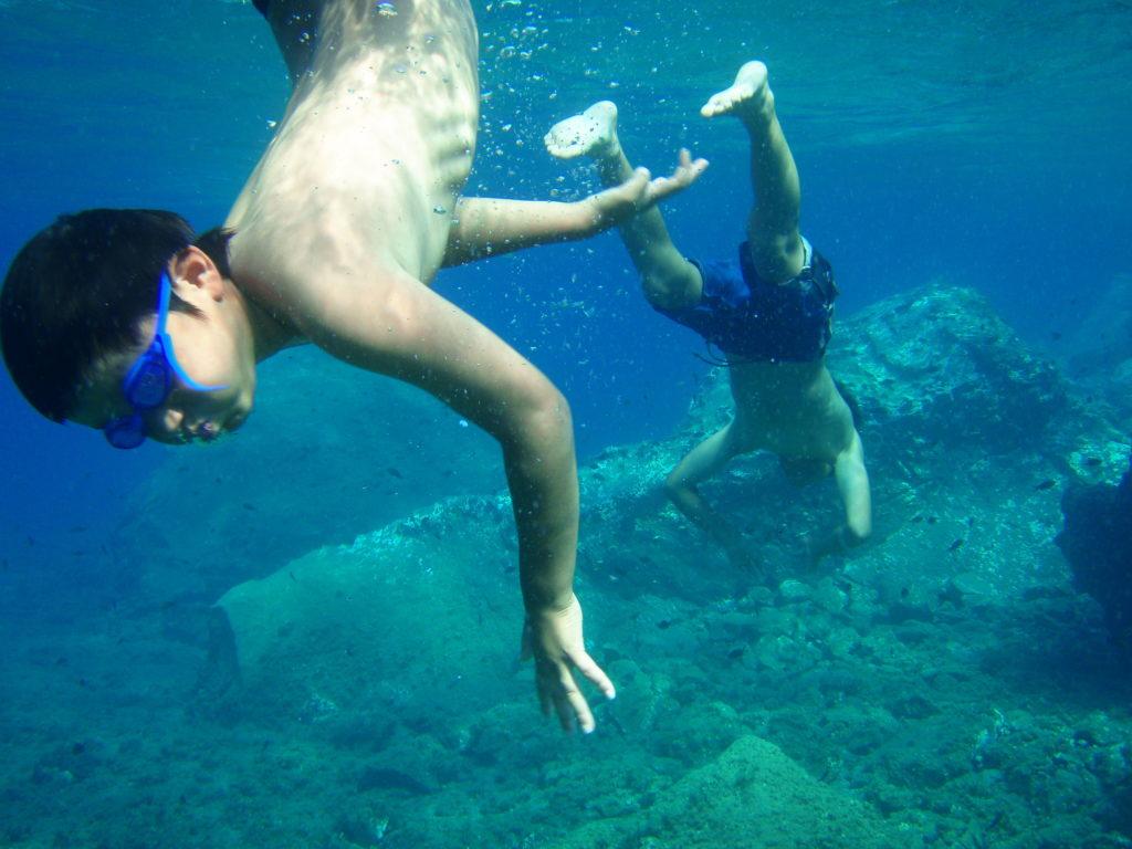 アモウディビーチで潜って遊ぶ子供たち