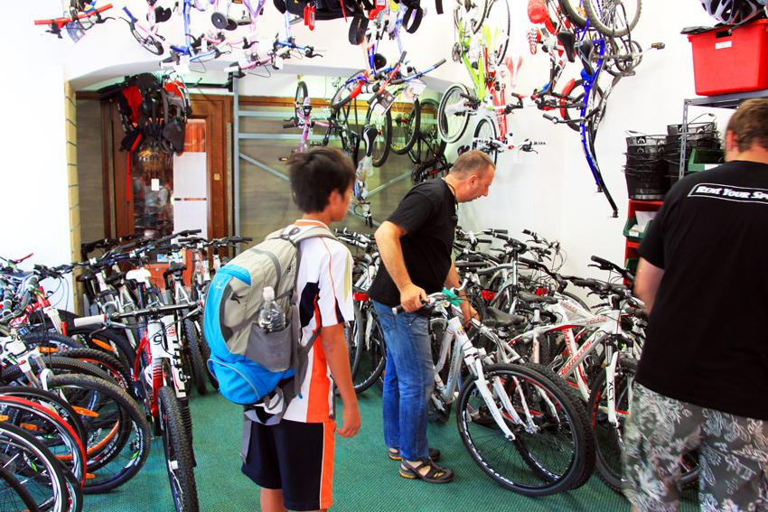 コルチナダンペンッツォのレンタサイクルショップで自転車を選ぶ次男