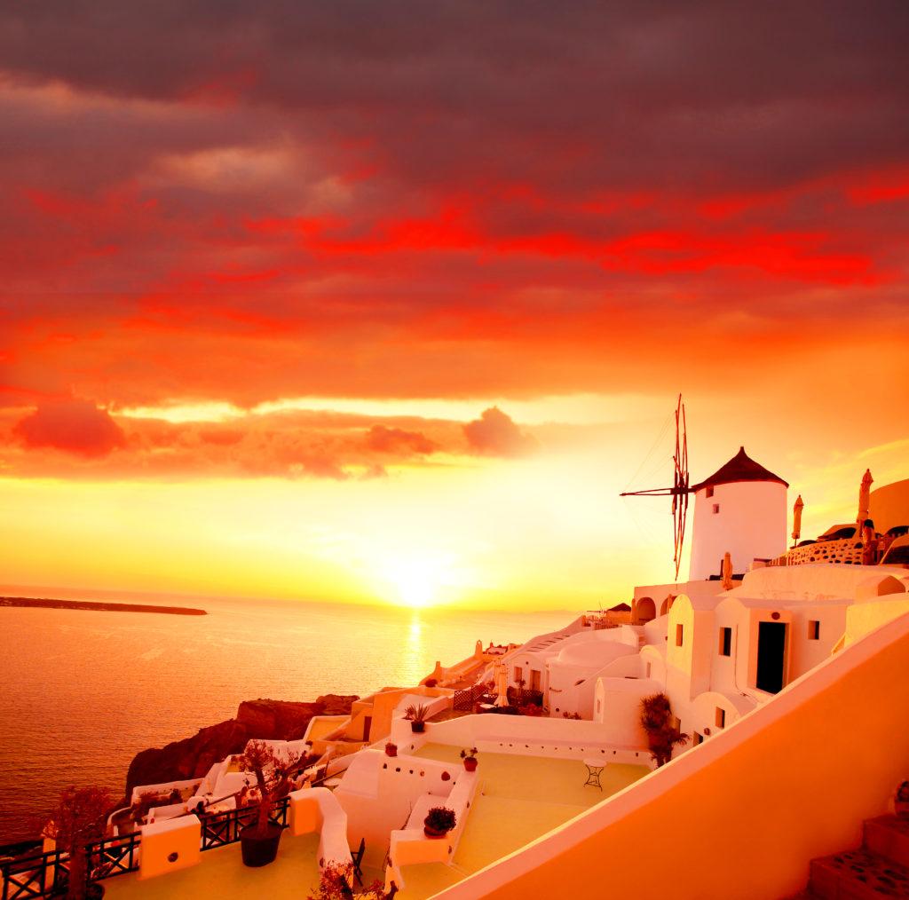サントリーニ島の西端にあるイアから見るエーゲ海に沈む夕日