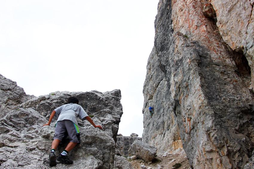 岩壁にへばりついて登ろうとする次男