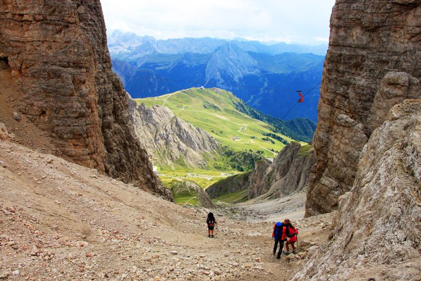 ポルドイ峠へ下る急斜面のトレイル