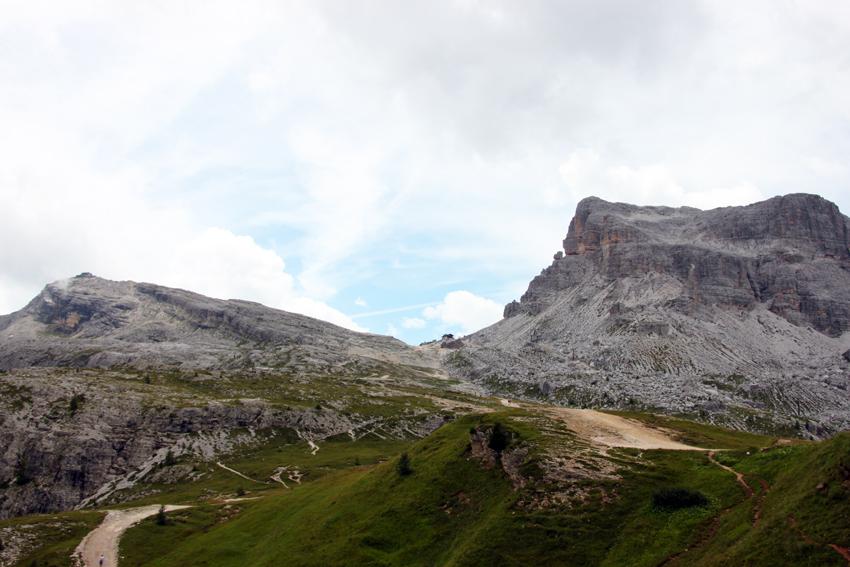 ヌヴォラーウノ山頂の山小屋が見える